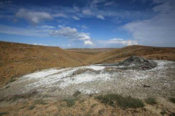 Карабетова гора с грязевыми вулканами